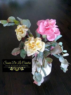 Arrangement of Rambling Roses and Eucalyptus leaves. - Cake by Sonia de la Cuadra