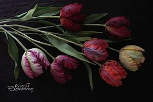 Different shades of parrot tulip - Cake by Sweet Symphony