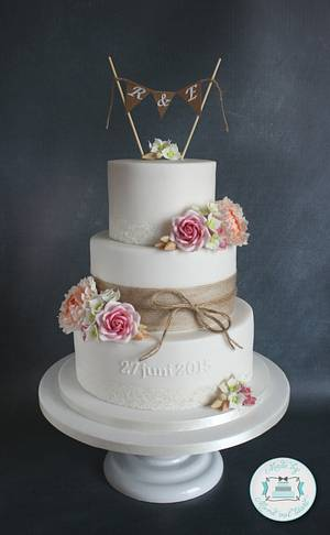 Burlap and lace wedding cake - Cake by Mond vol taart