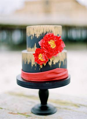 Wedding cake in black, gold and red. - Cake by Sannas tårtor