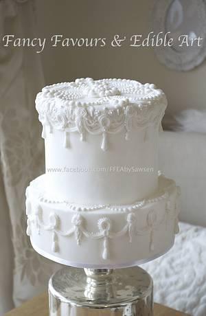 White on white - Cake by Fancy Favours & Edible Art (Sawsen)