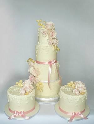 Rose and gold passion - Cake by Martina Matyášová