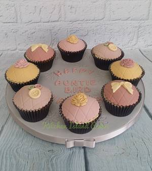 Vintage cupcakes - Cake by Kitchen Island Cakes