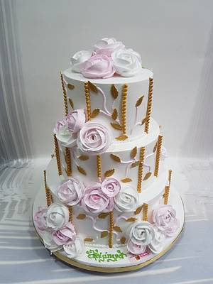Roses with a touch of Gold  - Cake by Michelle's Sweet Temptation