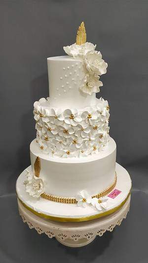A touch of gold  - Cake by Michelle's Sweet Temptation
