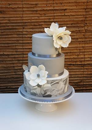 Wedding cake with marble fondant and magnolias - Cake by Florence Devouge