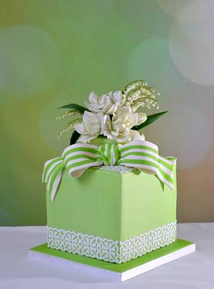 cake with lace, gardenia and lily of the valley - Cake by Taart en Deco