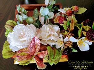 Flower arrangement (peonies, blackberries, eucalyptus, pilea and exotic leaves - Cake by Sonia de la Cuadra