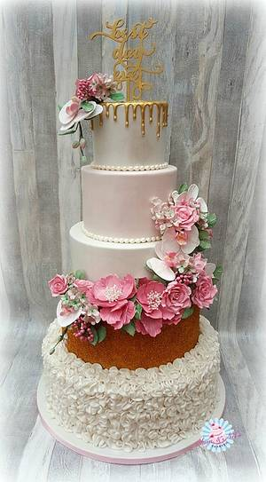 Wedding cake gold with ruffles - Cake by Sam & Nel's Taarten